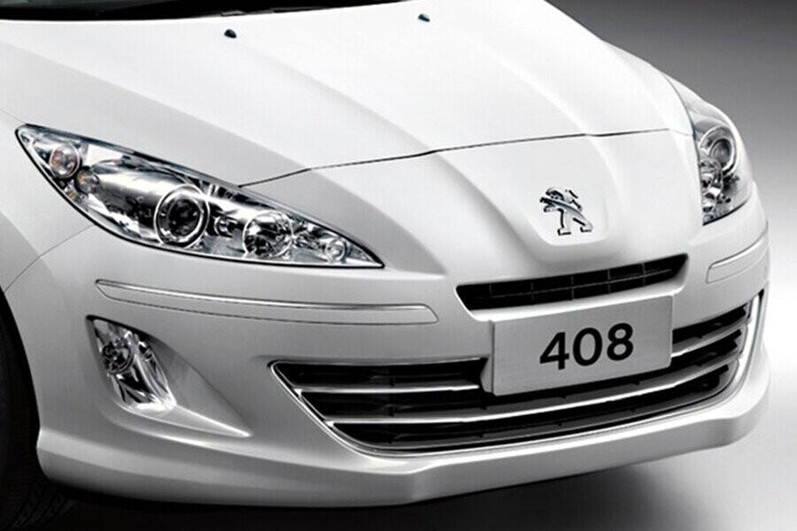 Peugeot 408 mang đến sự đẳng cấp và tinh tế với logo hình sư tử mạ crom