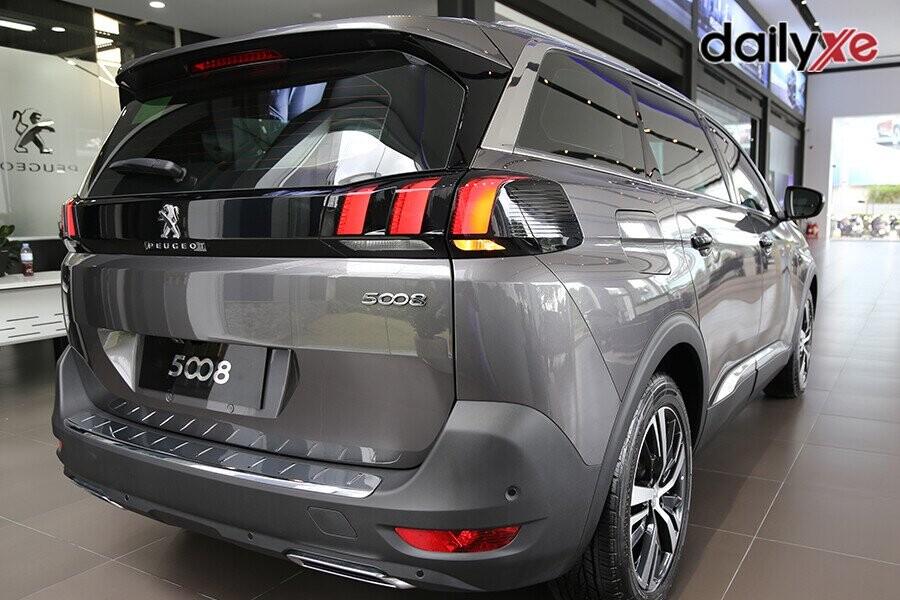 Hệ thống đèn FULL LED nổi bật, các thanh mạ chrome chạy dọc thân xe