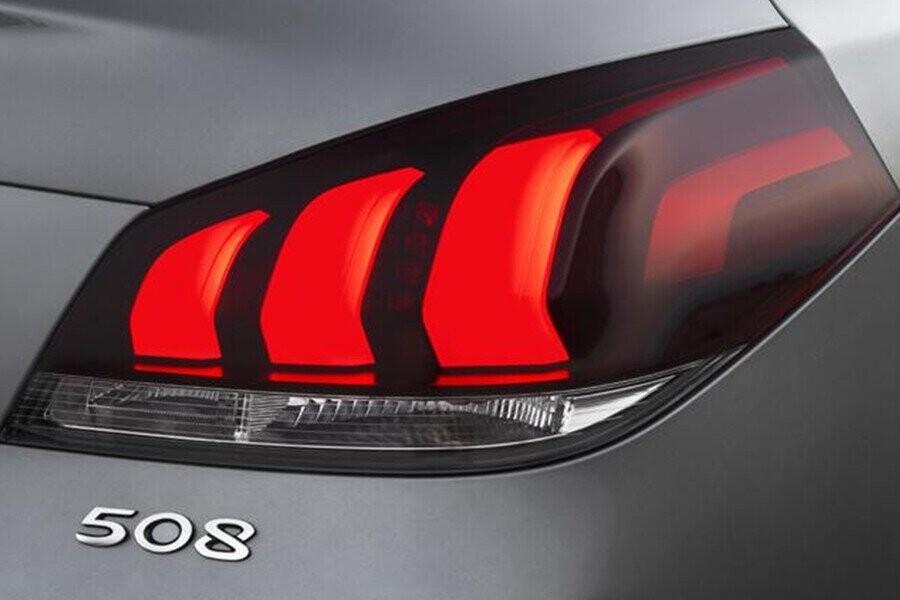 Đèn hậu 3 dải LED mạnh mẽ và tinh tế