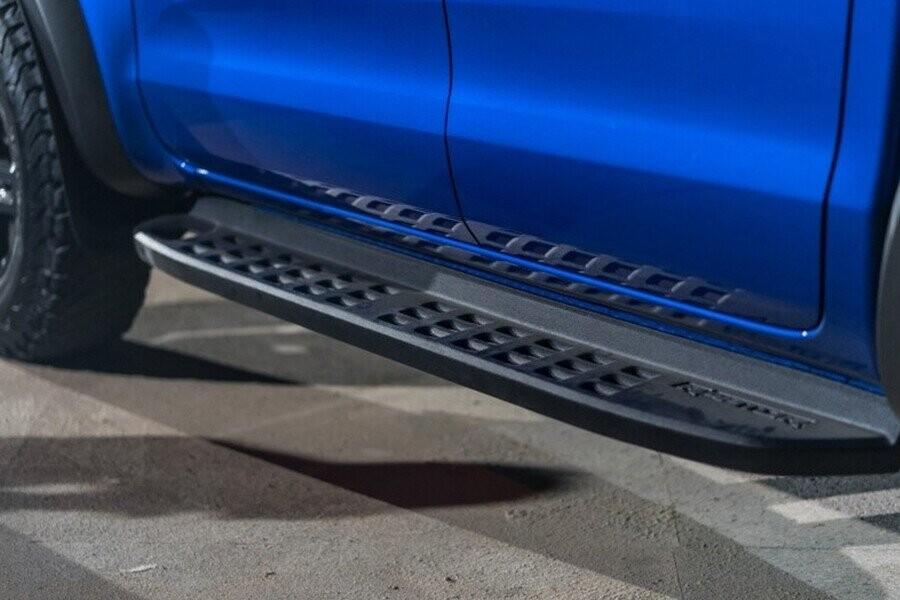 Bậc lên xuống có bề mặt lỗ thoáng nhằm giảm độ bám bùn đất khi xe vận hành ở tốc độ cao