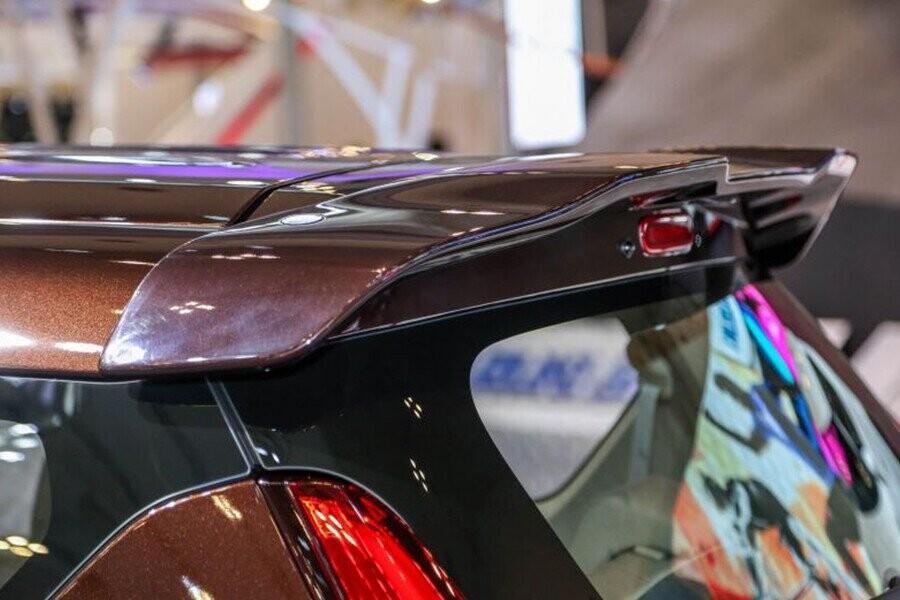 Thiết kế cánh lướt gió phía trên lộ rõ giúp phần đuôi xe trở nên khỏe khoắn