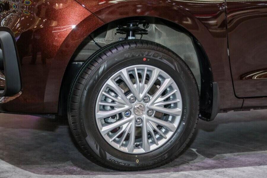 Mâm xe 15 inch tạo nên dáng vẻ hông xe đầy cao cấp