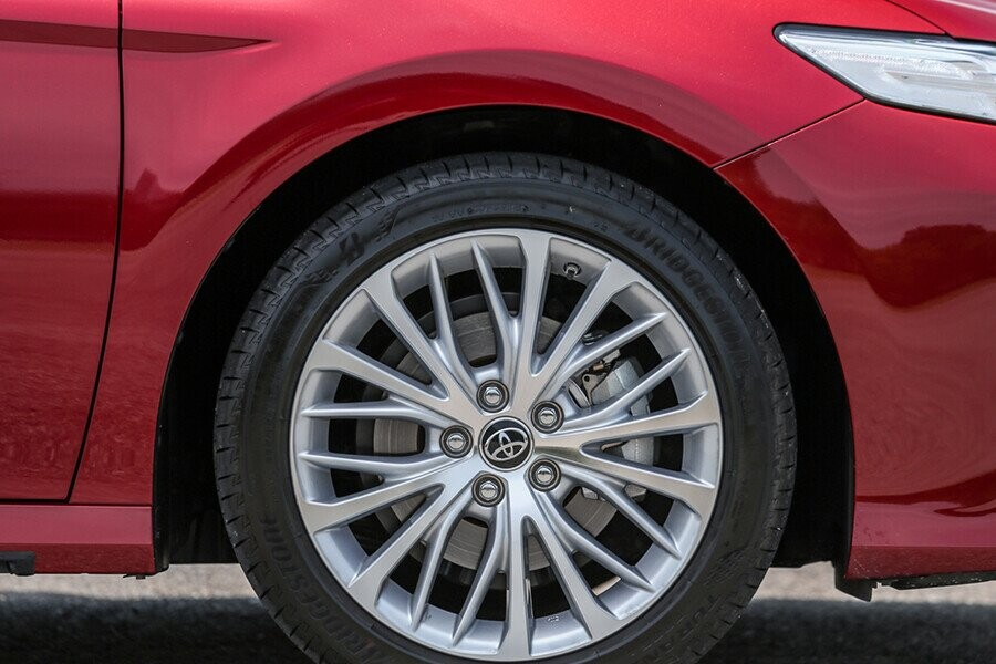 Ngoại thất Toyota Camry - Hình 11