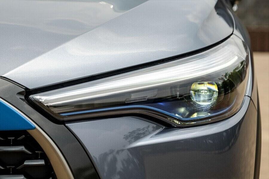Hệ thống đèn của xe gồm đèn chiều gần và đèn chiếu xa