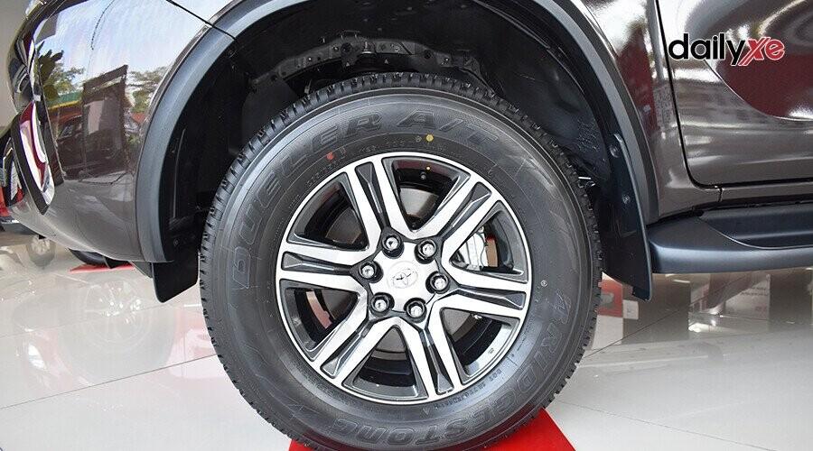 Ngoại thất Toyota Fortuner 2018 2.4 4x2 AT - Hình 7