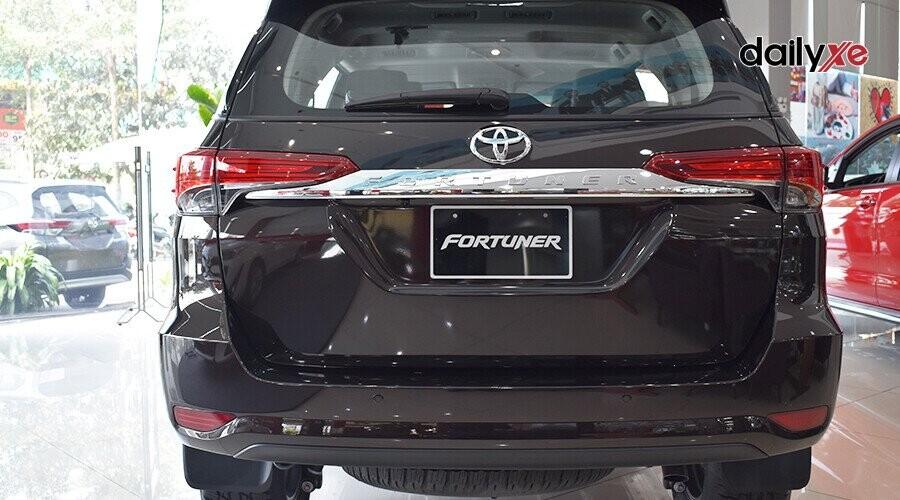 Ngoại thất Toyota Fortuner 2018 2.4 4x2 AT - Hình 8