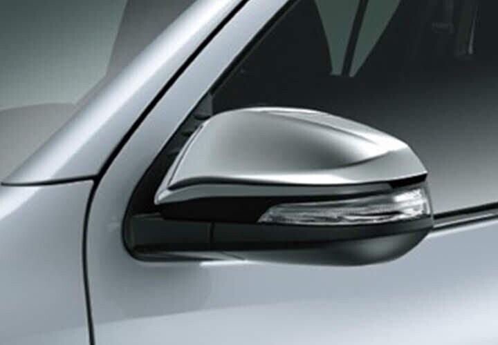 Gương chiếu hậu kiểu dáng khí động học được mạ crôm, tích hợp đèn báo rẽ dạng LED