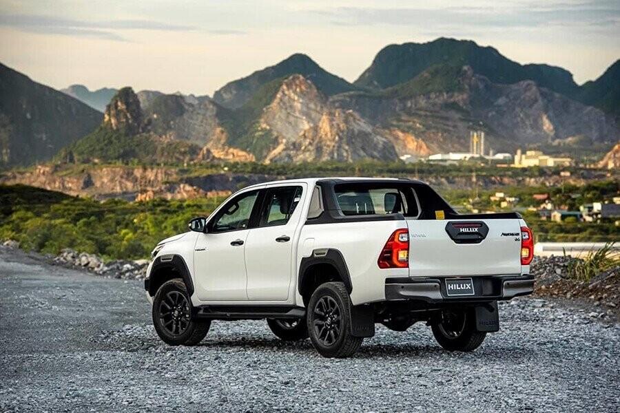 Đuôi xe Toyota Hilux thiết kế mạnh mẽ