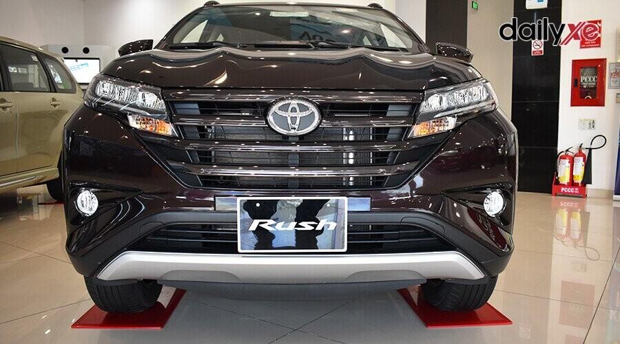 Thiết kế mui xe nhô dài cùng ốp cản trước tạo nên đường nét khoẻ khoắn