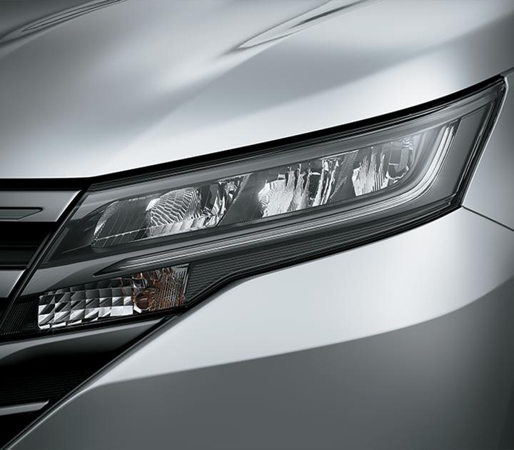 Cụm đèn trước với thiết kế vuốt dài ra phía thân xe