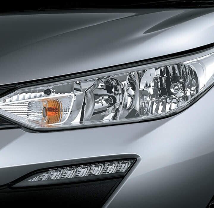 Cụm đèn trước xe VIOS được trang bị đèn halogen dạng bóng chiếu trên nền mạ kim loại sáng bóng