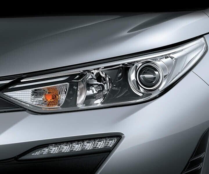 Cụm đèn trước sắc sảo và thon gọn vuốt dài sang hai bên đầu xe cùng đèn sương mù tinh tế nổi bật nét lịch lãm và hiện đại