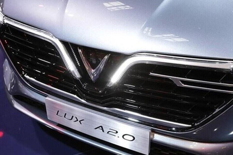 chiếc sedan này nổi bật với logo chữ V đặt trang trọng ngay giữa lưới tản nhiệt