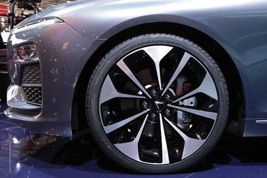 Lazang xe vô cùng nổi bật trong tạo hình 5 cánh hoa kép