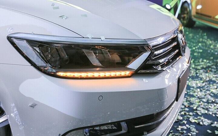 Cụm đèn pha LED được thiết kế tinh tế và ẩn bên trong là dải LED xi nhan
