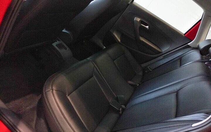 Hàng ghế phía sau được bố trí hợp lý với 3 ghế dành cho người lớn có thể ngồi thoải mái