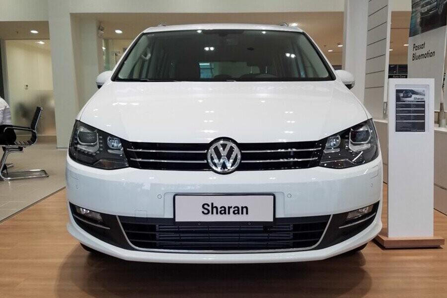 """Volkswagen Sharan vẫn gây ấn tượng mạnh bằng thiết kế logo """"VW"""" to bản nằm chính giữa phần đầu xe"""