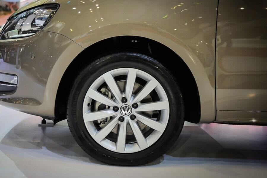 Xe sử dụng bộ mâm đúc thể thao Sydney 17-inch giúp ngoại hình xe thêm phần mạnh mẽ