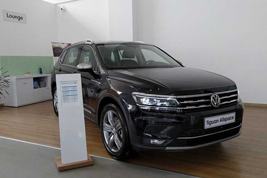 Lưới tản nhiệt mạnh mẽ đồng điệu với đường nét thiết kế đèn pha và logo VW lớn