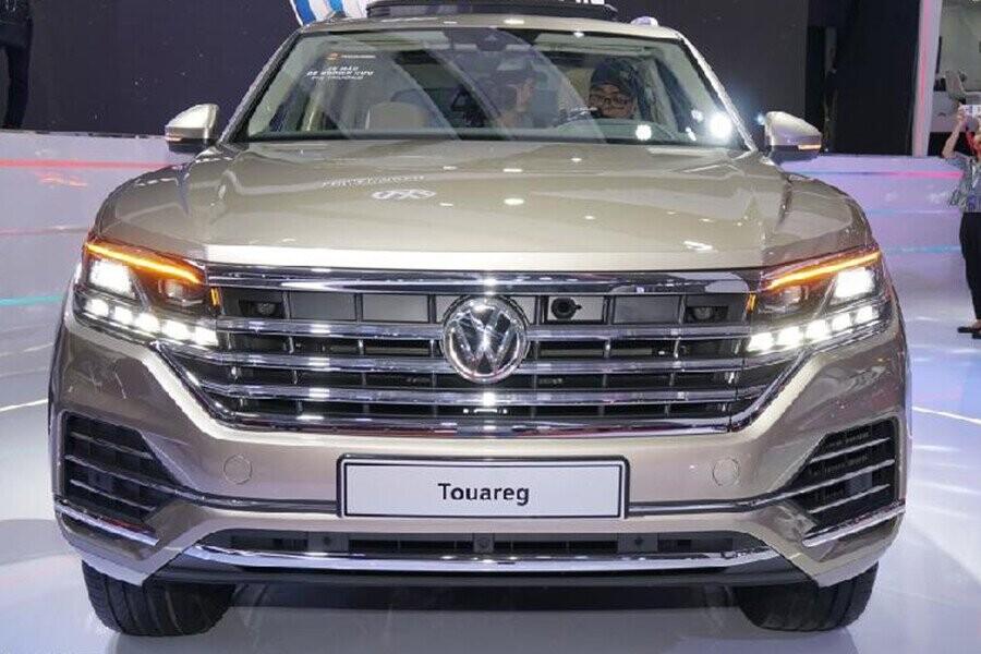Lưới tản nhiệt mạnh mẽ với 4 nan ngang lớn mạ chrome đồng điệu với đường nét thiết kế đèn pha và logo VW lớn ở chính giữa