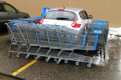 Hậu quả của việc đi siêu thị nhưng lại đỗ xe không quan sát.