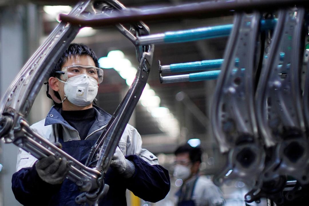 Một công nhân đeo khẩu trang khi đang làm việc tại dây chuyền lắp ráp ghế ôtô tại một nhà máy ở Thương Hải, Trung Quốc. Ảnh: Reuters