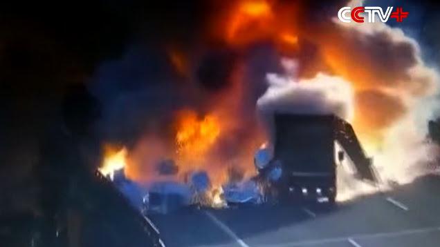Nổ dữ dội khi xe van đâm xe tải trên cao tốc - Hình 1
