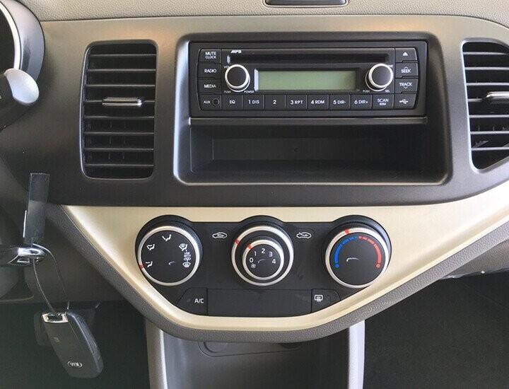 Kia Morning AT không có màn hình trung tâm, chỉ có radio và các núm chỉnh điều hòa