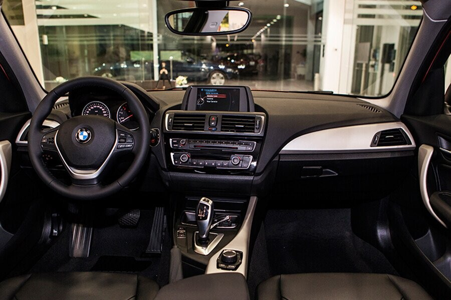 Nội thất của BMW 118i hài hòa và tiện dụng với các chi tiết được bố trí một cách khoa học nhất, giúp người dùng thao tác nhanh chóng và chuẩn xác trong mọi tình huống