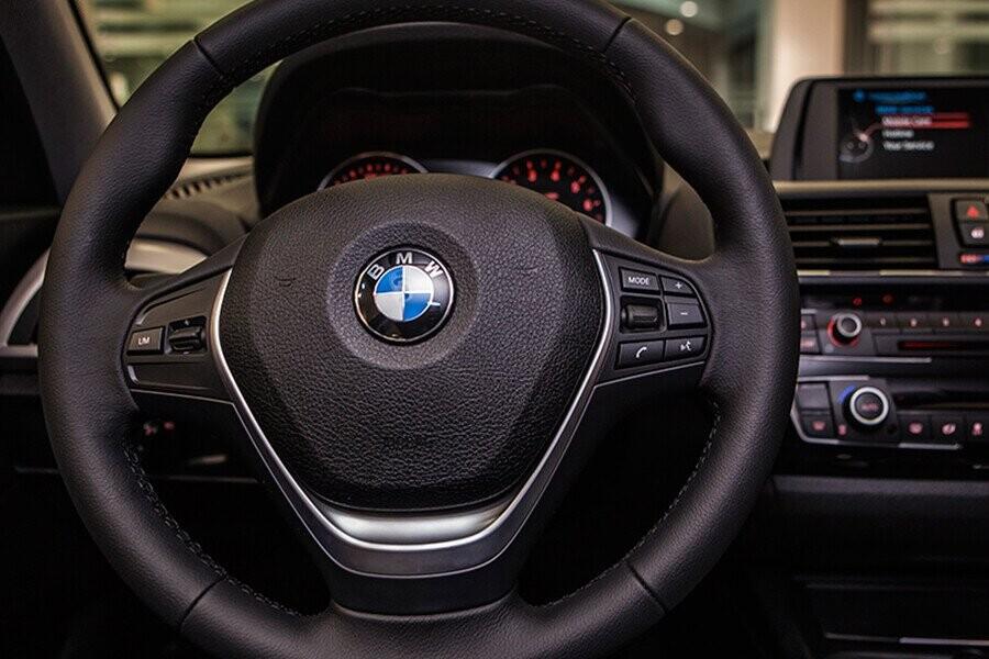 BMW 118i được trang bị tay lái 3 chấu đa chức năng được bọc da, giúp mang đến sự tương tác và cảm giác lái hoàn hảo cho người sử dụng