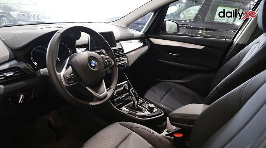 Không gian phía trước khá rộng rãi là một trong những điểm nhấn nổi bật của chiếc BMW 2 Series Gran Tourer