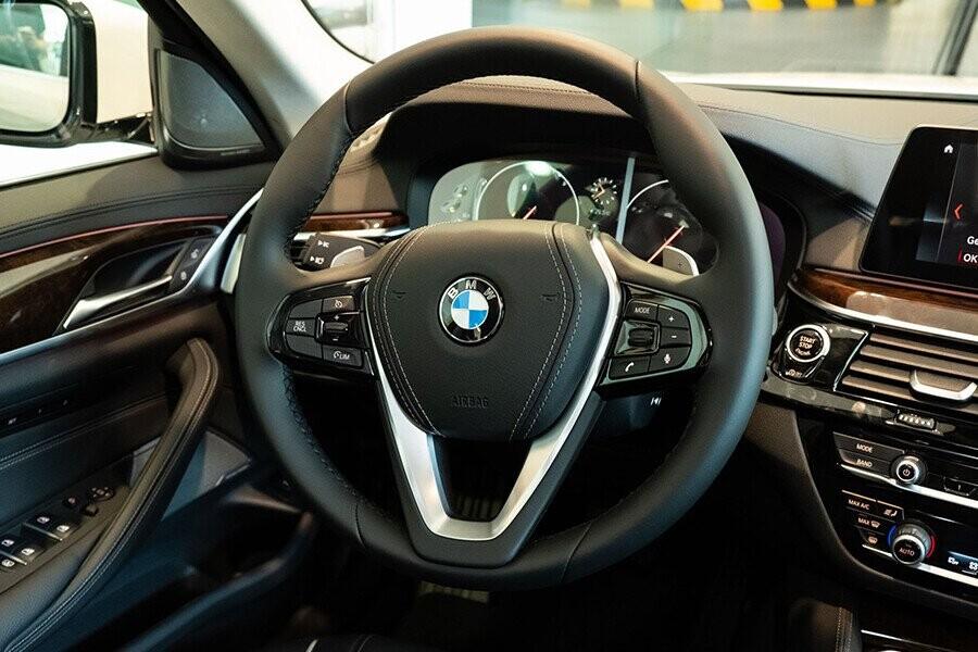 Nội thất xe BMW 5-Series 2019 - Hình 4