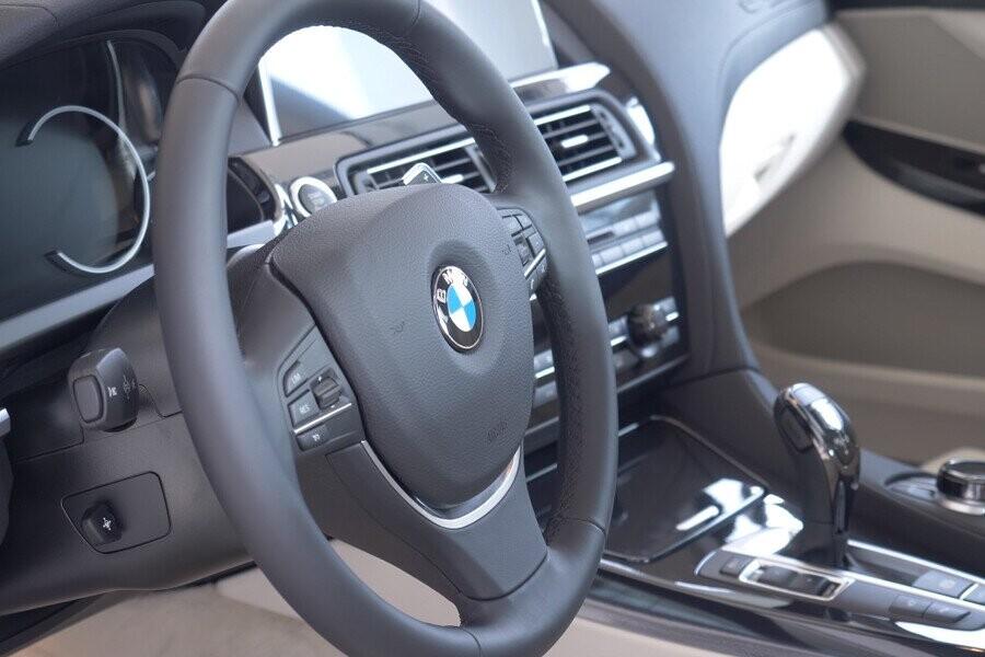 Vô lăng bọc da cao cấp tích hợp nút điều chỉnh hỗ trợ người lái
