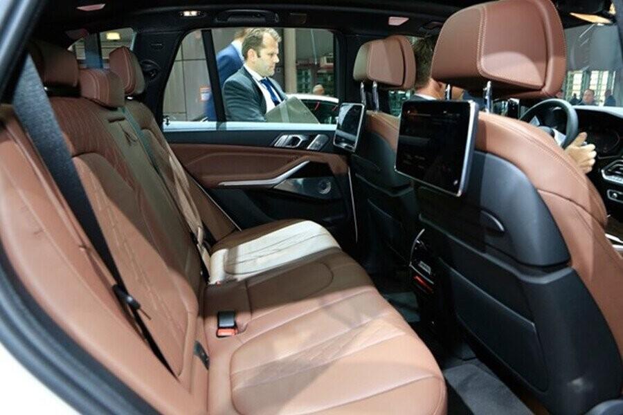 2 màn hình cảm ứng kích thước 10,2 inch phục vụ nhu cầu giải trí phía sau