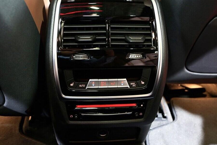 Cụm điều khiển điều hòa và thiết bị đầu đọc đĩa Blu-Ray tại hàng ghế thứ 2