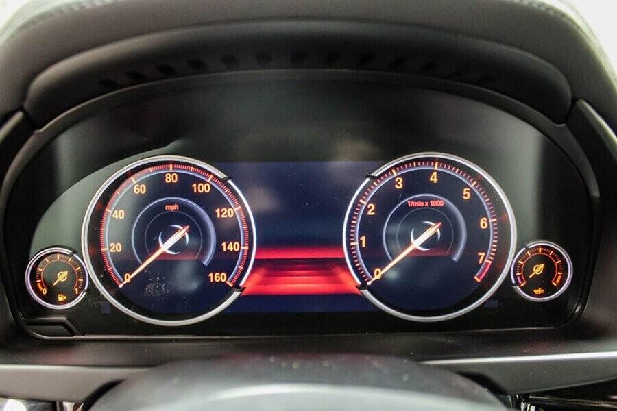 Cụm đồng hồ điện tử của X6 rõ nét và hiển thị đầy đủ các thông số cần thiết