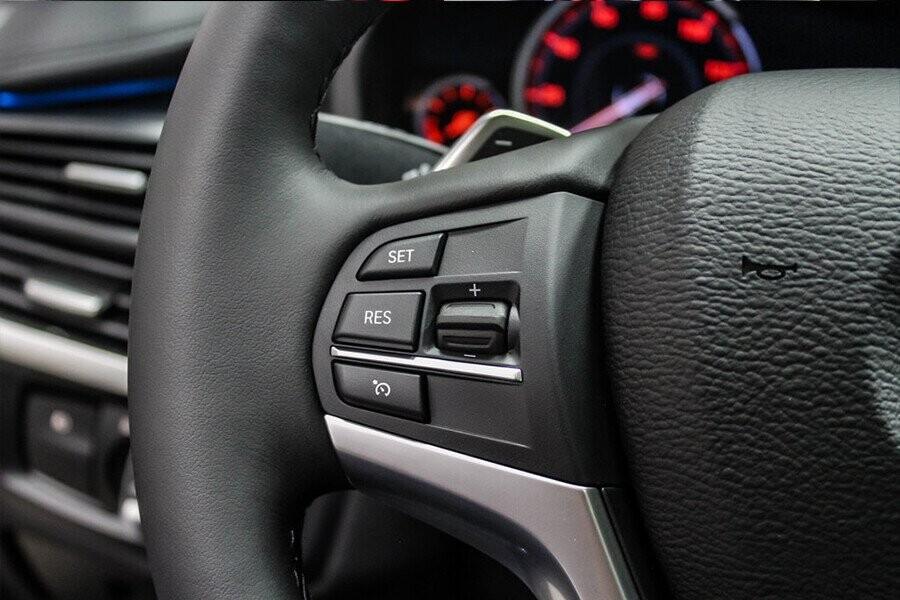 vô-lăng của xe được bọc da giả kim loại với phong cách thể thao có tích hợp chức năng tự động nghiêng