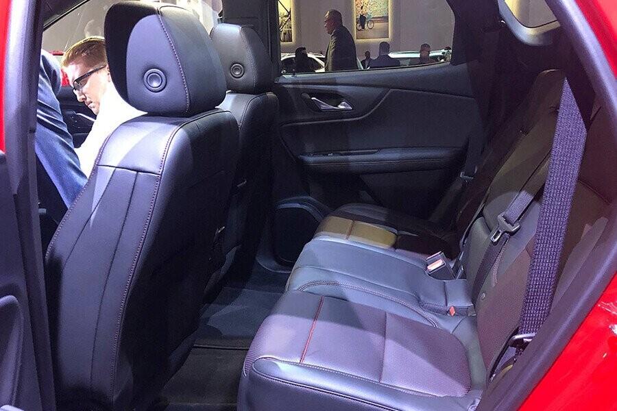 Hàng ghế sau rộng rãi tạo cảm giác thoải mái hàng khách