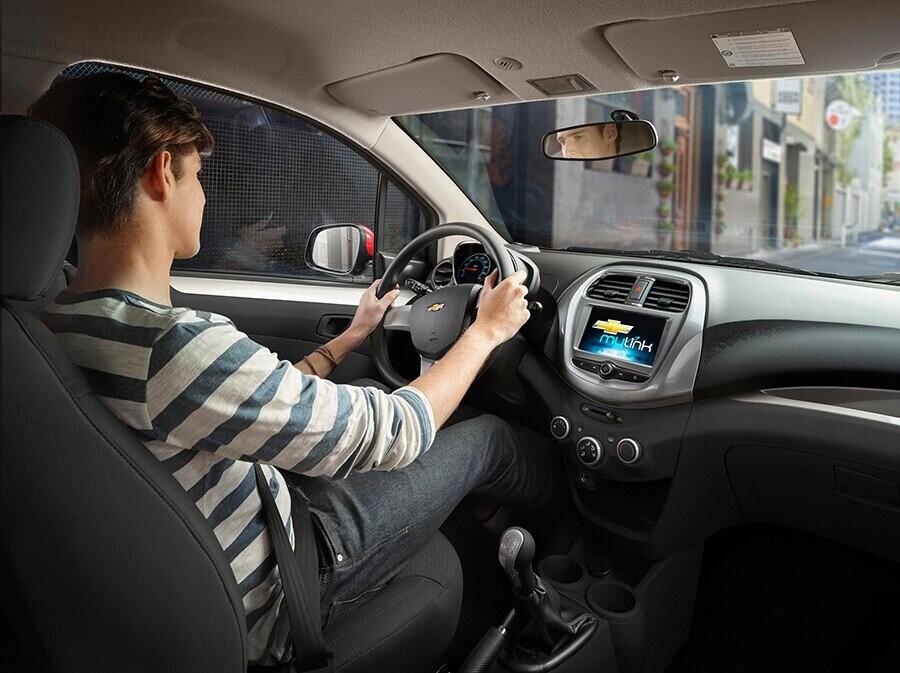 Hệ thống lái trợ lực điện giúp điều khiển xe dễ dàng hơn khi vào cua hay đỗ xe.
