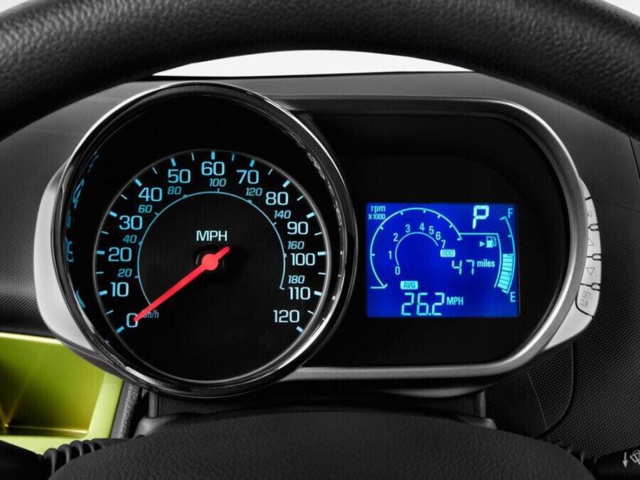 Cụm đồng hồ điều khiển thiết kế mới giúp phần nội thất thêm hiện đại, đồng thời còn giúp người lái nhanh chóng theo dõi các thông số cần thiết khi đang vận hành.