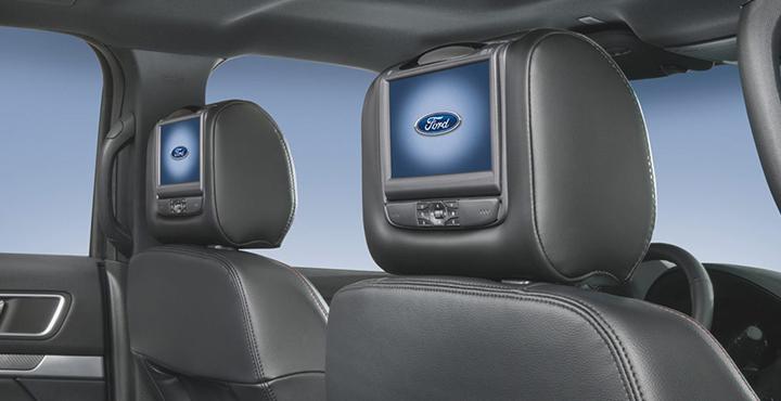 Hàng ghế thứ hai thiết kế rộng rãi, trang bị ba tựa đầu và có trang bị hai màn hình DVD kèm tai nghe không dây