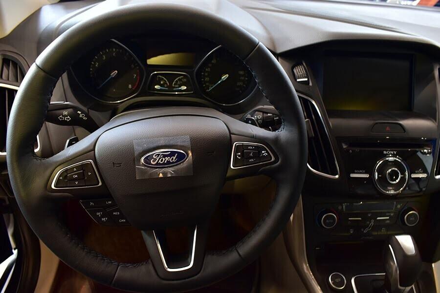 Vô-lăng 3 chấu trợ lực điện của xe chỉ tích hợp các nút điều chỉnh đàm thoại/âm thanh rảnh tay