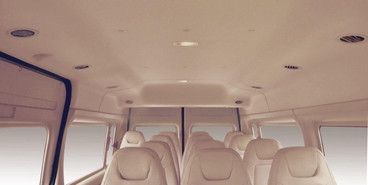 Khoang xe rộng rãi với trần cao khiến không gian bên trong xe rất thoáng đãng.
