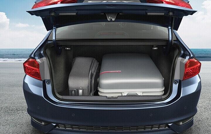 Cốp xe rộng rãi với khả năng chứa đồ linh hoạt