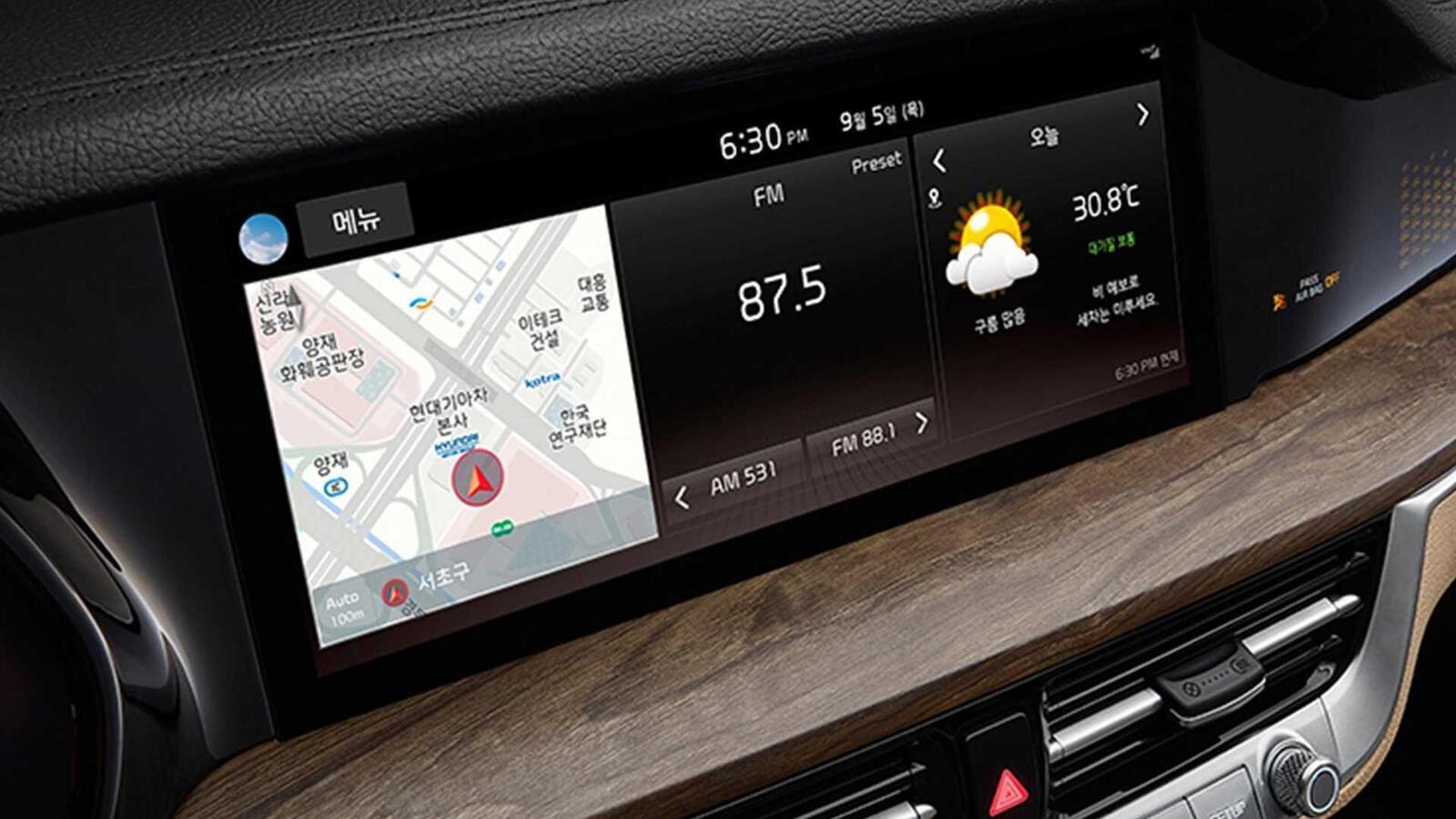 Bảng đồng hồ là màn hình kỹ thuật số 12,3 inch và một màn hình cảm ứng