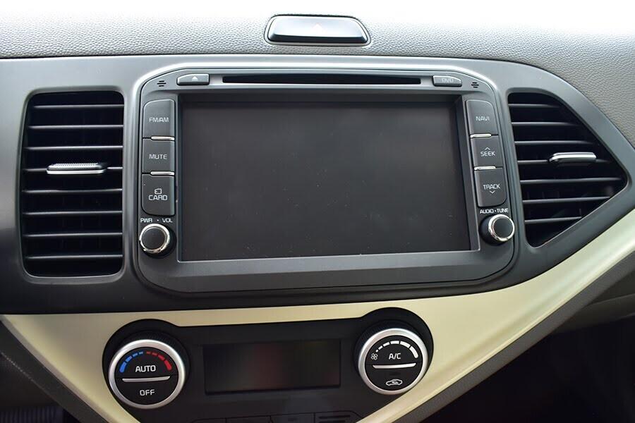 Màn hình cảm ứng 8-inch có hỗ trợ kết nối AUX/USB/Bluetooth và tích hợp định vị GPS