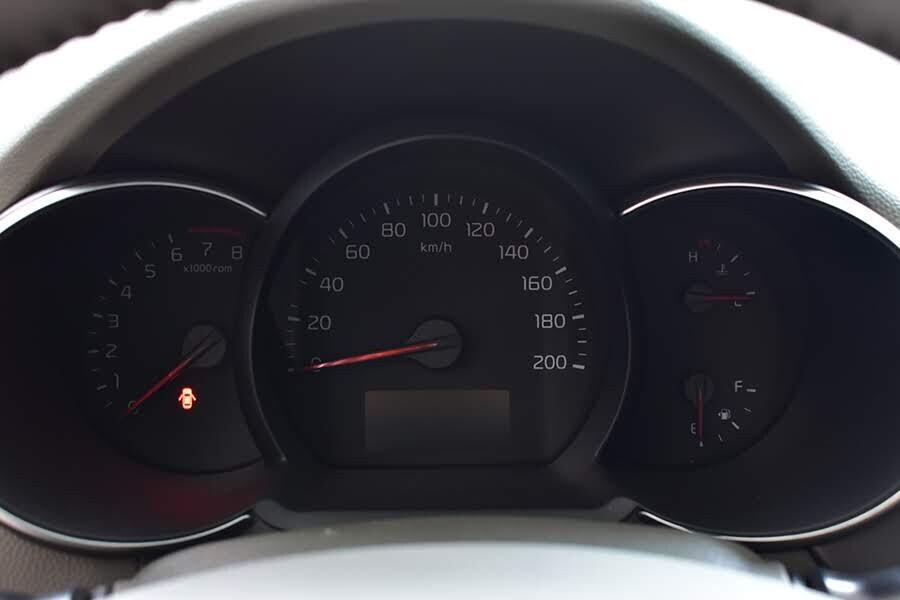 Đồng hồ 3 ống viền chrome cho phép hiển thị tốc độ, số vòng tua,...