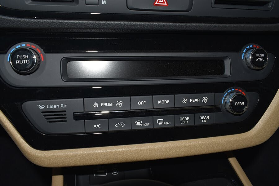 Hệ thống giải trí với đầu đọc CD, kết nối Bluetooth cùng hệ thống âm thanh 6 loa