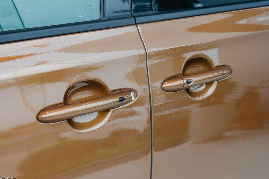 Cửa hông trượt ngang hỗ trợ chỉnh điện chỉ với một nút bấm