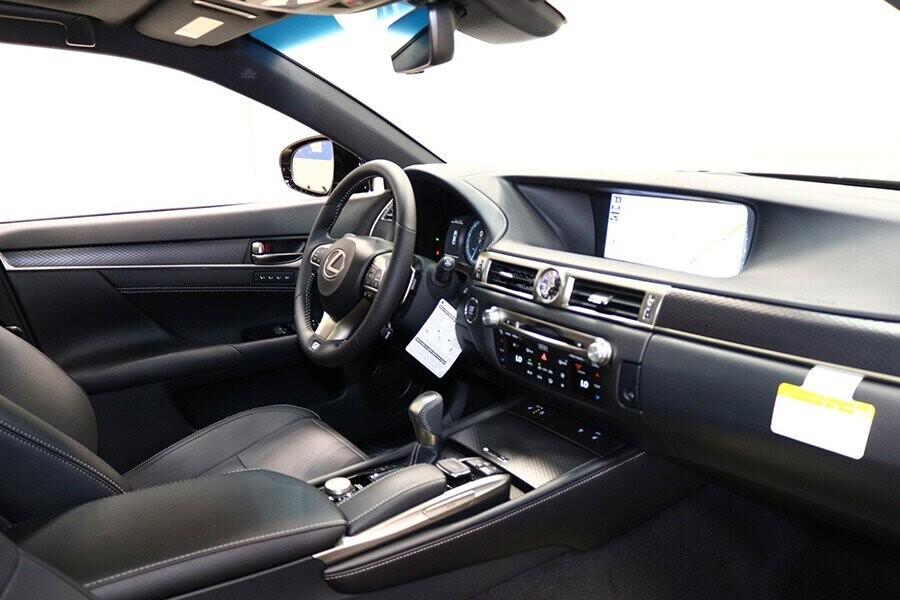 Không gian cabin xe rộng rãi để người lái và hành khách có khoảng để chân được thoải mái